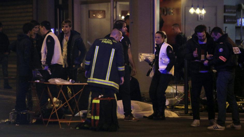 Záchranáři ošetřují oběti pařížských útoků.