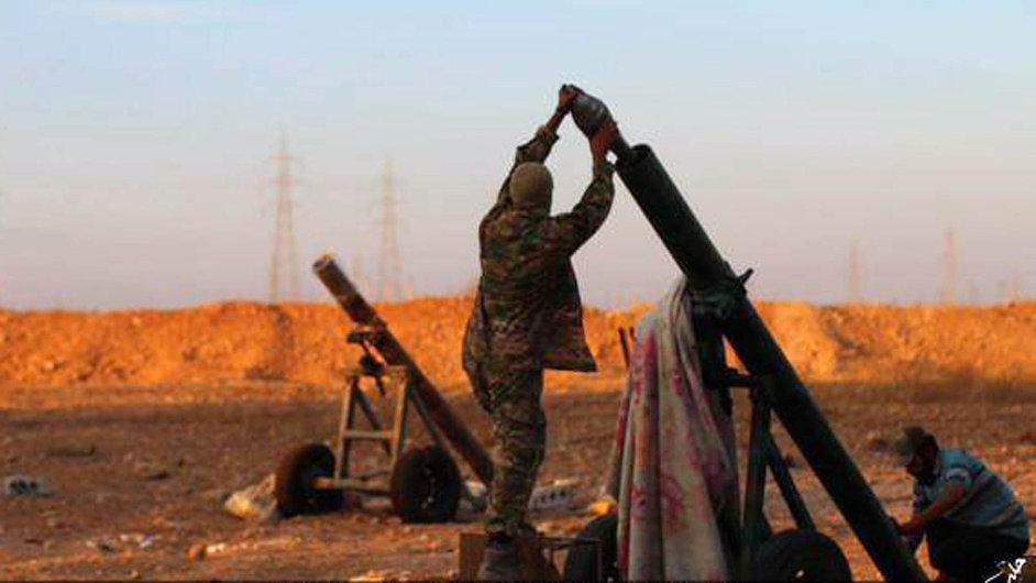 Ve válce. Bojovníci Islámského státu u syrského Aleppa.