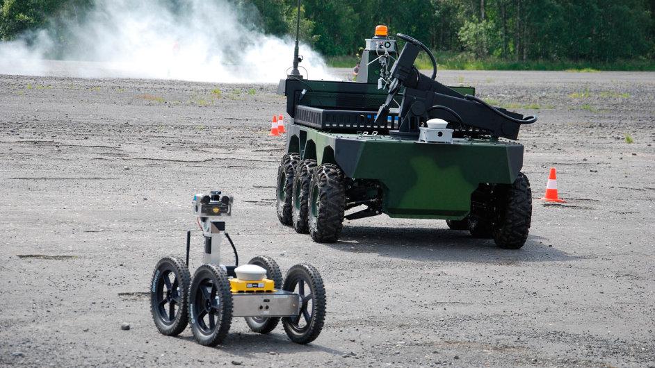 Prototypy robotů Orpheus (vlevo) z dílny VUT v Brně a Taros od firmy VOT CZ při testu v terénu.