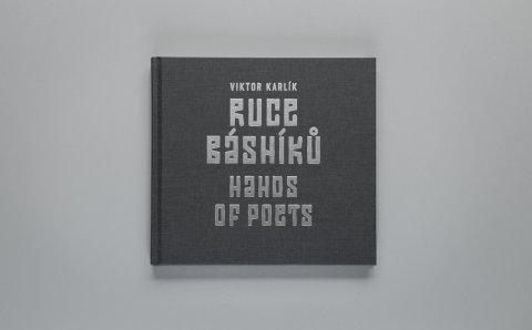 Na snímku obal knihy Ruce básníků Viktora Karlíka.