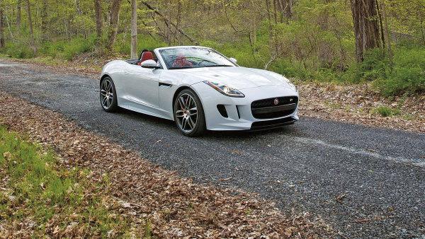 Bílá barva by se mohla zdát nudná, ale v kombinaci s červenou kabinou autu sluší.