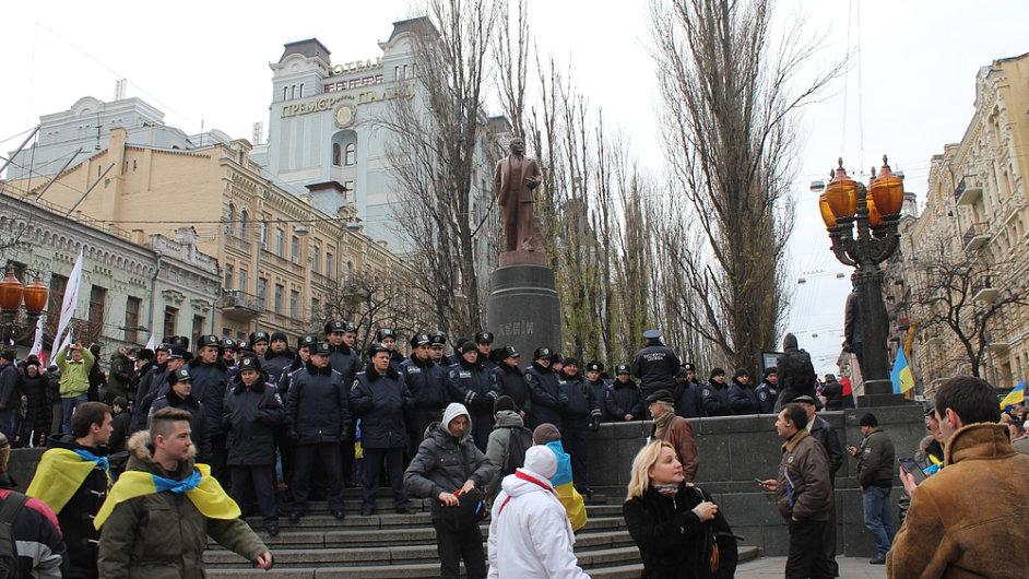 Policisté v prosinci 2013, kdy v centru Kyjeva bránili před demonstranty sochu Lenina.