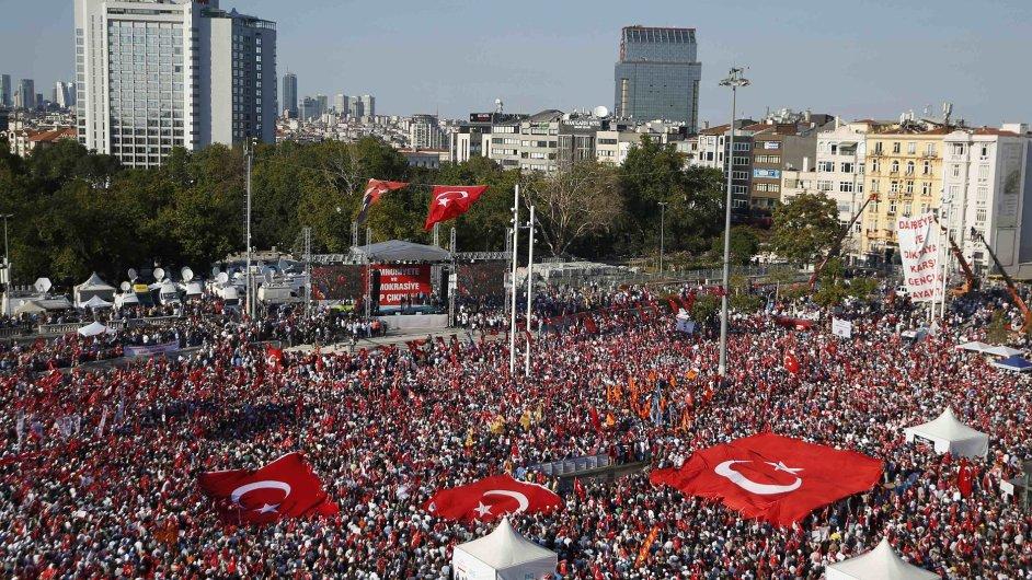Turci se shromáždili na podporu režimu prezidenta Erdogana na istanbulském náměstí Taksim.