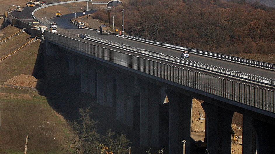Budování 17 kilometrů posledního úseku dálnice D8 stálo oproti původním odhadům téměř pětinásobek aprotáhlo se o15 let.