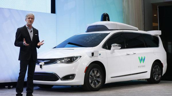 John Krafcik, šéf divize Googlu Waymo, představuje nový systém pro samořídící auta.