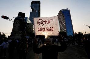 Nejlepší snímky týdne: Londýnské metro ochromila stávka, Mexičané protestují kvůli benzínu a otužilci naskákali do Vltavy