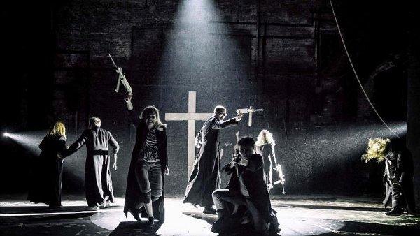Snímek z inscenace Klatwa varšavského divadla Teatr Powszechny.