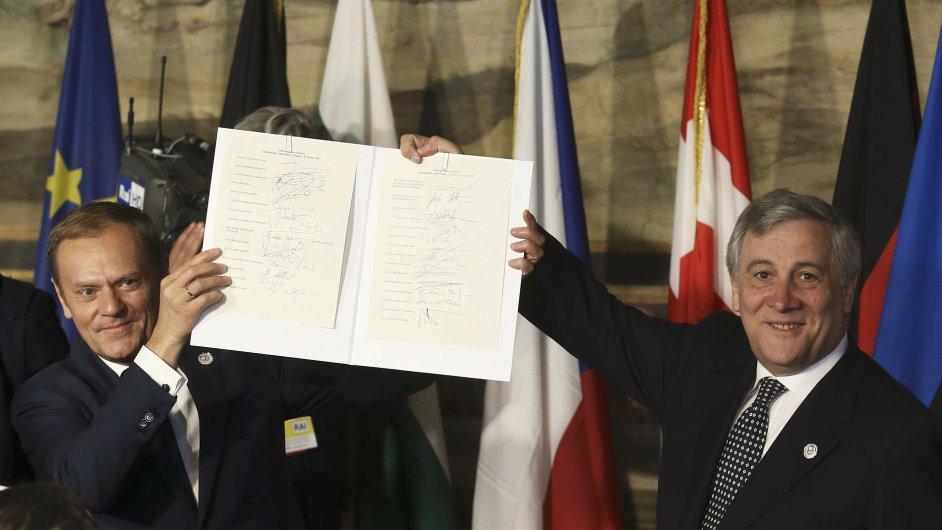 Předseda Evropské rady Donald Tusk a předseda Evropského parlamentu Antonio Tajani drží dokument podepsaný v Římě.