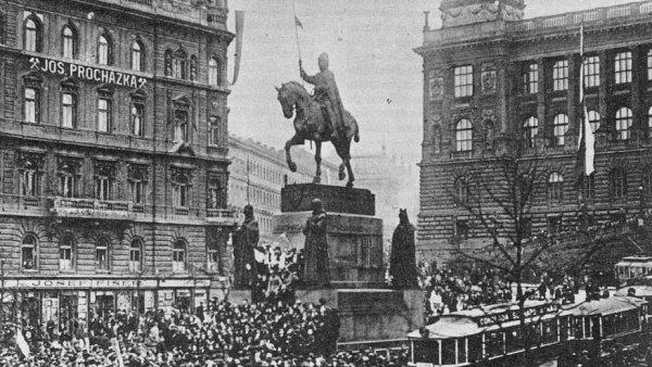 Na snímku z 28. října 1918 je demonstrace na Václavském náměstí v Praze.