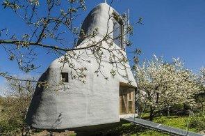 Podívejte se do domu na kuří nožce. Atypický dům stojí v pražských Kyjích