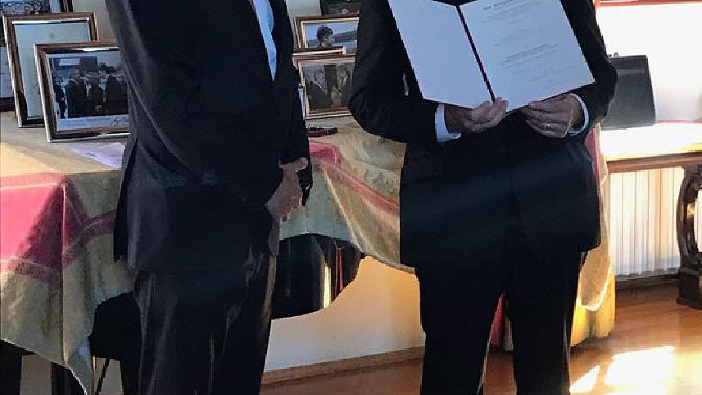 Vyznamenání je připínací a nosí se na levé straně hrudi. Na snímku je Brikcius (vpravo) s rakouským velvyslancem Grubmayrem.