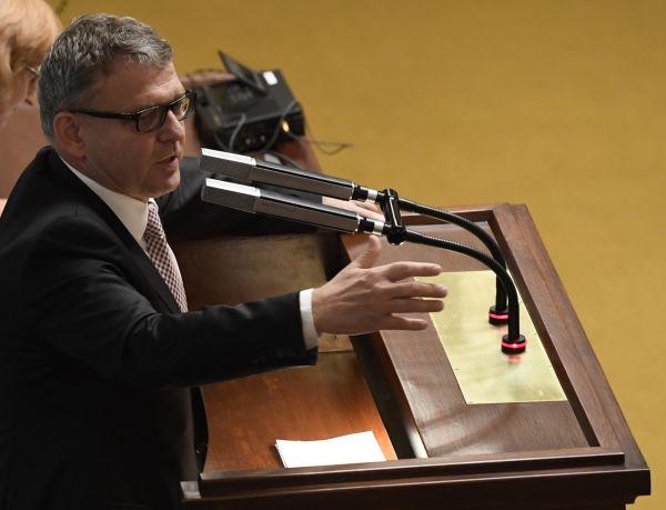 Ministr zahraničí Lubomír Zaorálek na schůzi Poslanecké sněmovny.
