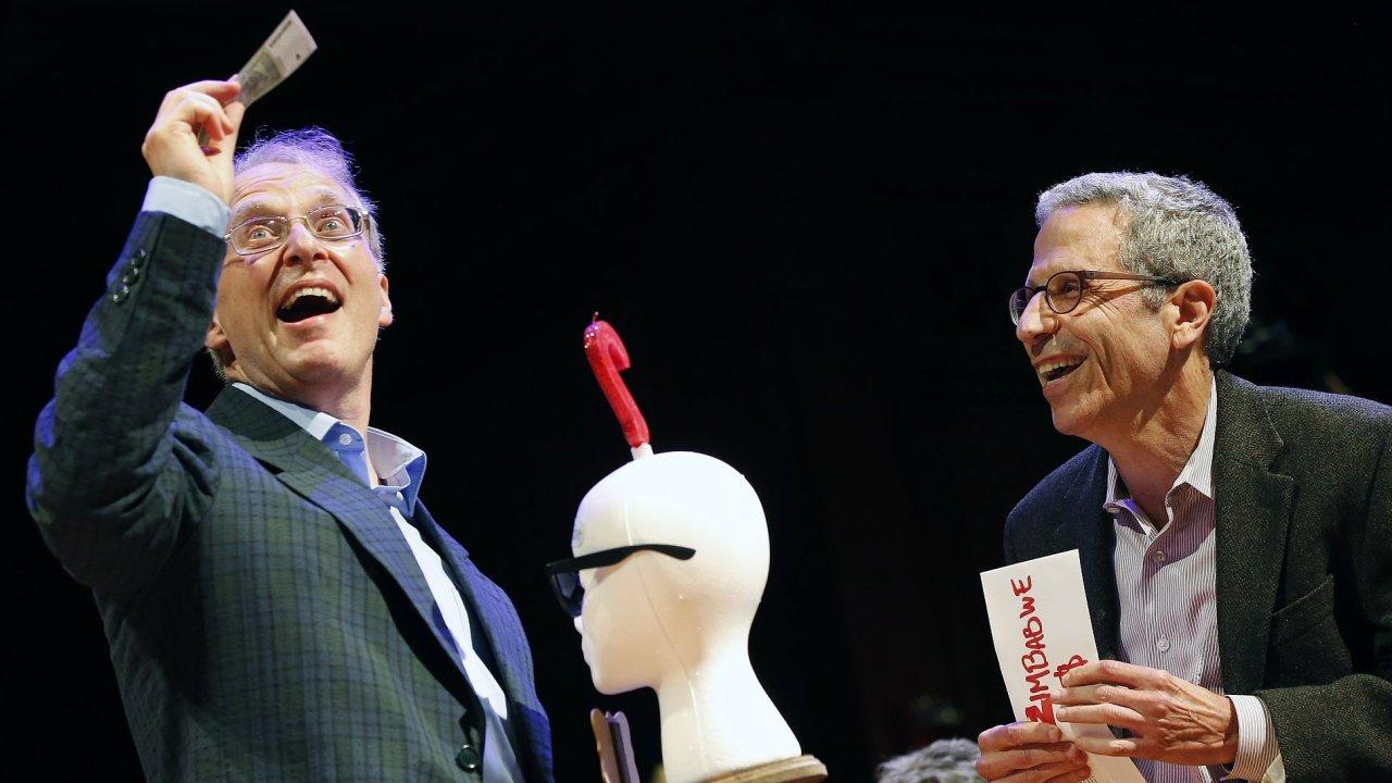 V oboru anatomie cenu získal lékař James Heathcote (vlevo), který zkoumal, zda mají staří lidé větší uši.