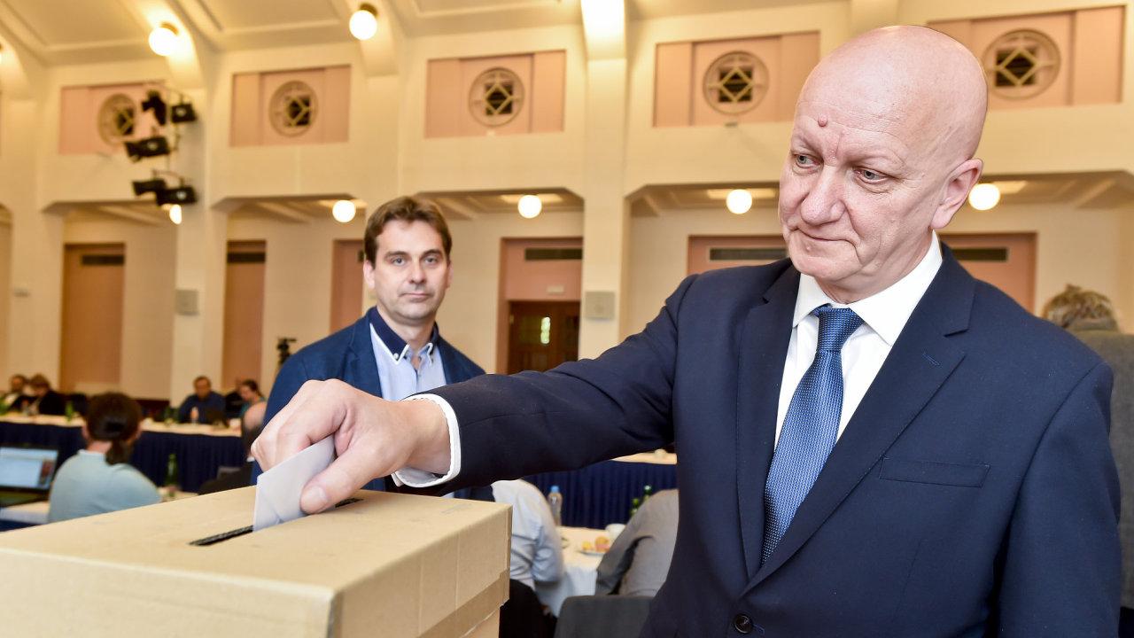 Akademický senát ČVUT v Praze volil nového rektora, kterého v lednu 2018 jmenuje prezident. Zvolen byl fyzik a bývalý prorektor Vojtěch Petráček (na snímku).
