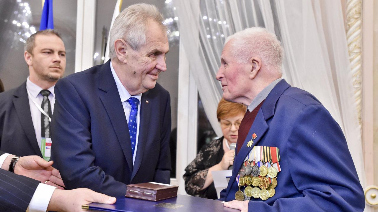 Miloš Zeman předal vyznamenání veteránům.