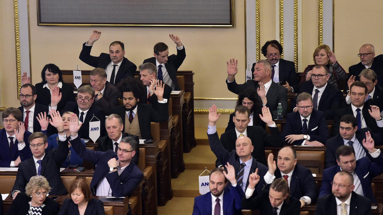 Sněmovna novelu schválila hlasy 93 ze 166 přítomných poslanců. Proti jich bylo 40 a 33 poslanců se hlasování zdrželo.