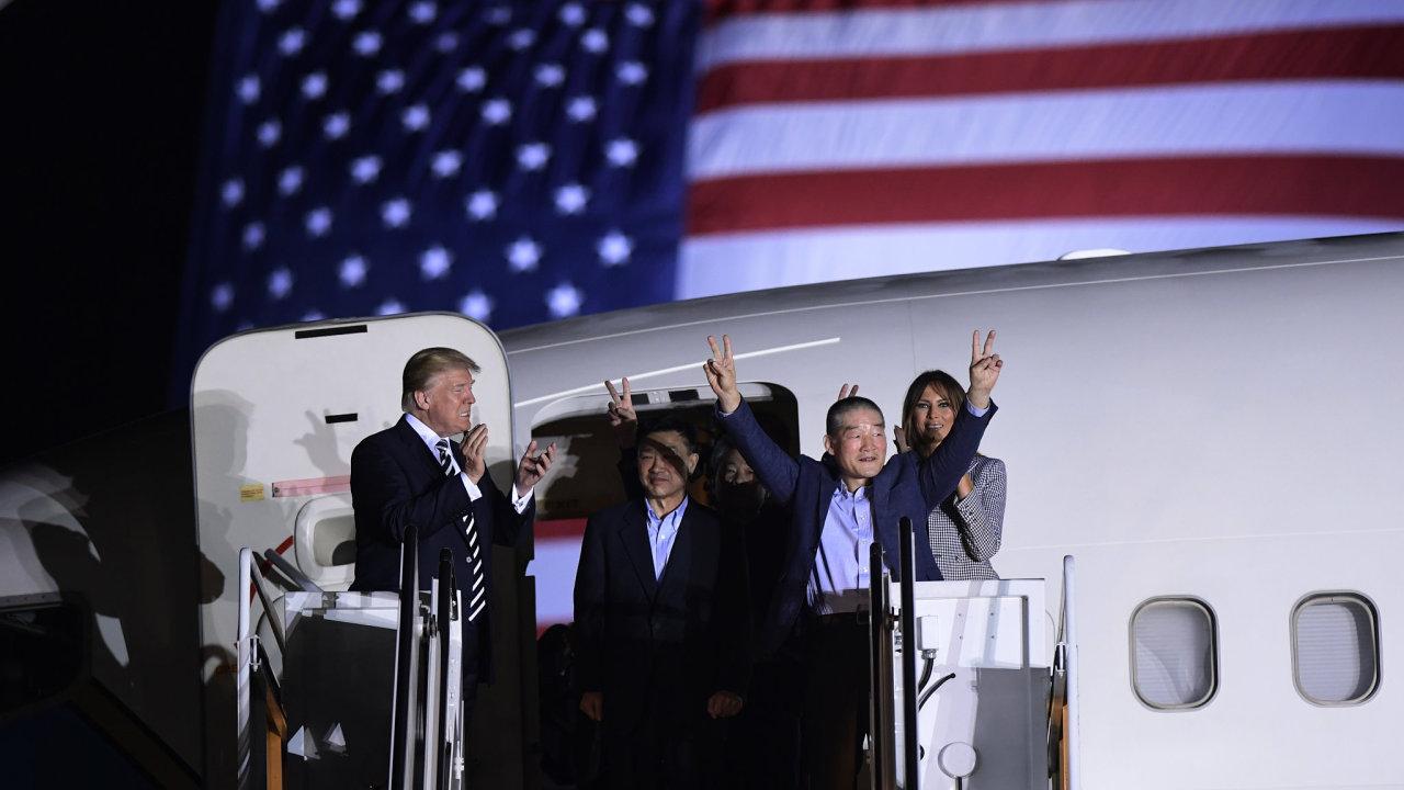 Prezident Donald Trump a jeho choť zdraví tři Američany, které zadržoval severokorejský režim.