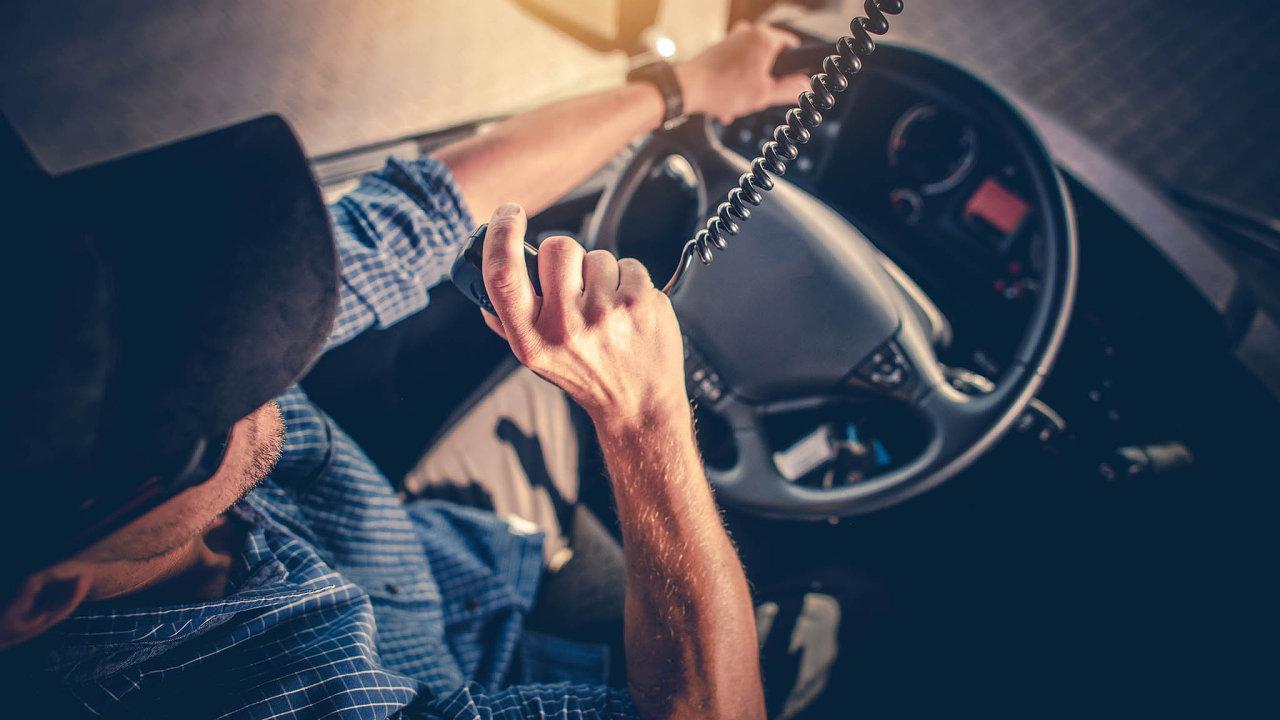 Zatímco kdysi probíhala komunikace mezi dispečinkem a řidičem prakticky jen přes rádio, dnes do ní stále více vstupují digitální nástroje.