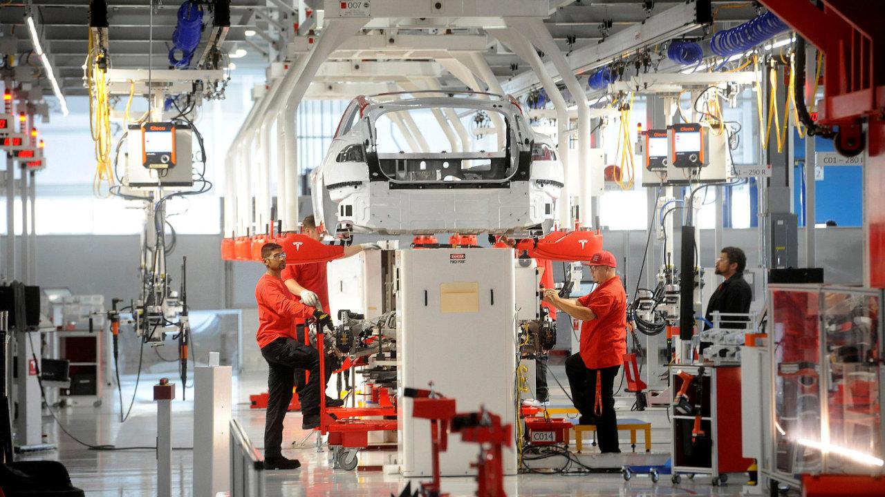 Kalifornská továrna, kde Tesla vyrábí své elektromobily, nemá za sebou nejlepší historii. Automobilky Toyota nebo Ford z ní raději odešly.