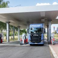Oboustranné tankování paliva na čerpací stanici Benzina.