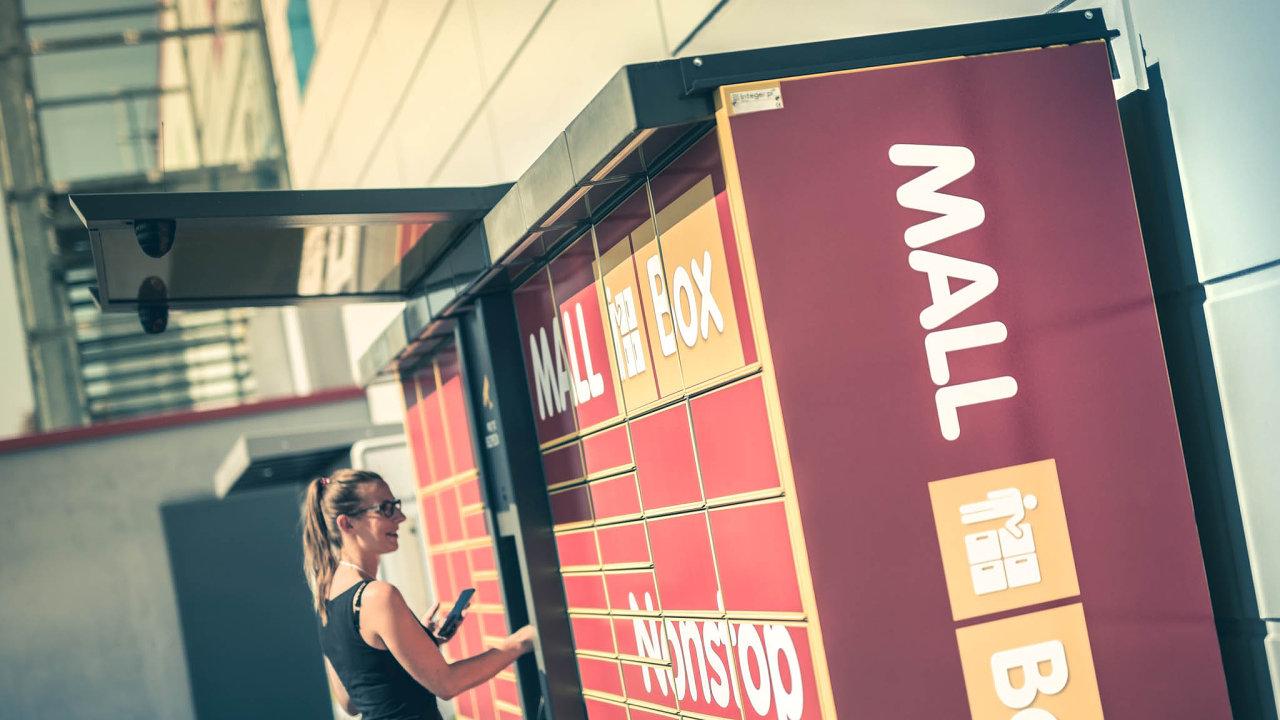 Mall převzal většinu balíkomatů společnosti InPost v Česku a na Slovensku. Žluté schránky tak nyní procházejí změnou designu.