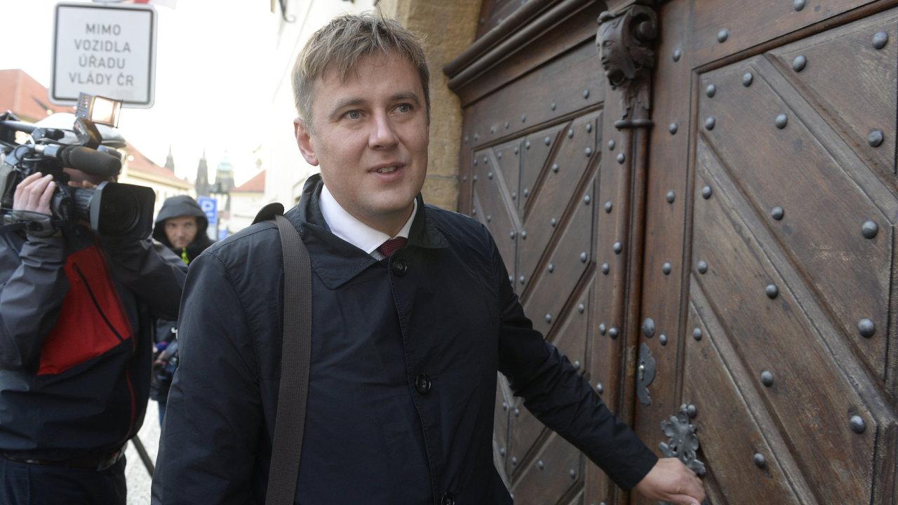 Kandidát ČSSD na ministra zahraničí Tomáš Petříček přichází na schůzku s premiérem Andrejem Babišem (ANO) 2. října 2018 v Praze