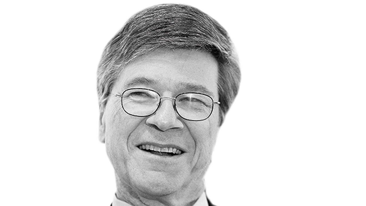 Jeffrey D. Sachs, profesor voblastech trvale udržitelného rozvoje azdravotnické politiky ařízení naKolumbijské univerzitě.
