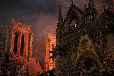 Slavná gotická katedrála a jedna z nejnavštěvovanějších pařížských památek přišla o svou nejvyšší věž i většinu střechy
