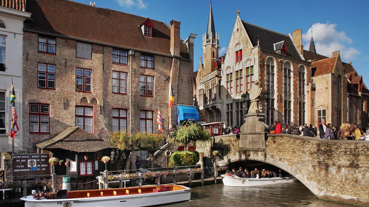 Gotická perla Evropy Bruggy nechce pouštět do přístavu tolik obřích lodí. Přivážejí turisty, kteří toho ve městě mnoho neutratí.