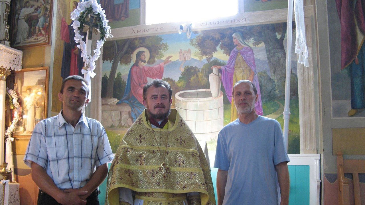 Petro Terpay (vlevo) při jedné znávštěv kaplana Pavla Kočnara (vpravo) na Ukrajině. Terpay je hluboce věřící, setkali se ismístním popem Michailem.
