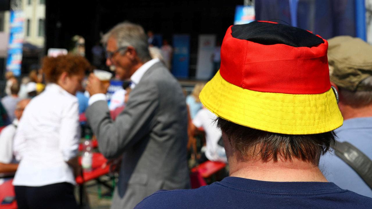 Východní Němci aAfD. Příznivci Alternativy pro Německo napředvolební stranické akci vDrážďanech.