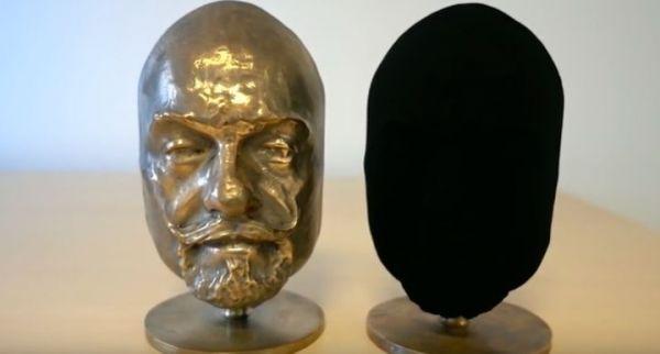 Nový materiál použil britský sochař Anish Kapoor během své výstavy Vykoupení marnosti
