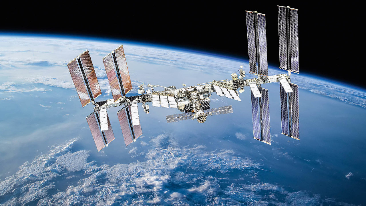 Mezinárodní kosmická staniceje snadným cílem pro úlomky naoběžné dráze. Pozemní středisko sleduje známá vesmírná tělesa avpřípadě hrozící srážky dráhu stanicevychýlí.
