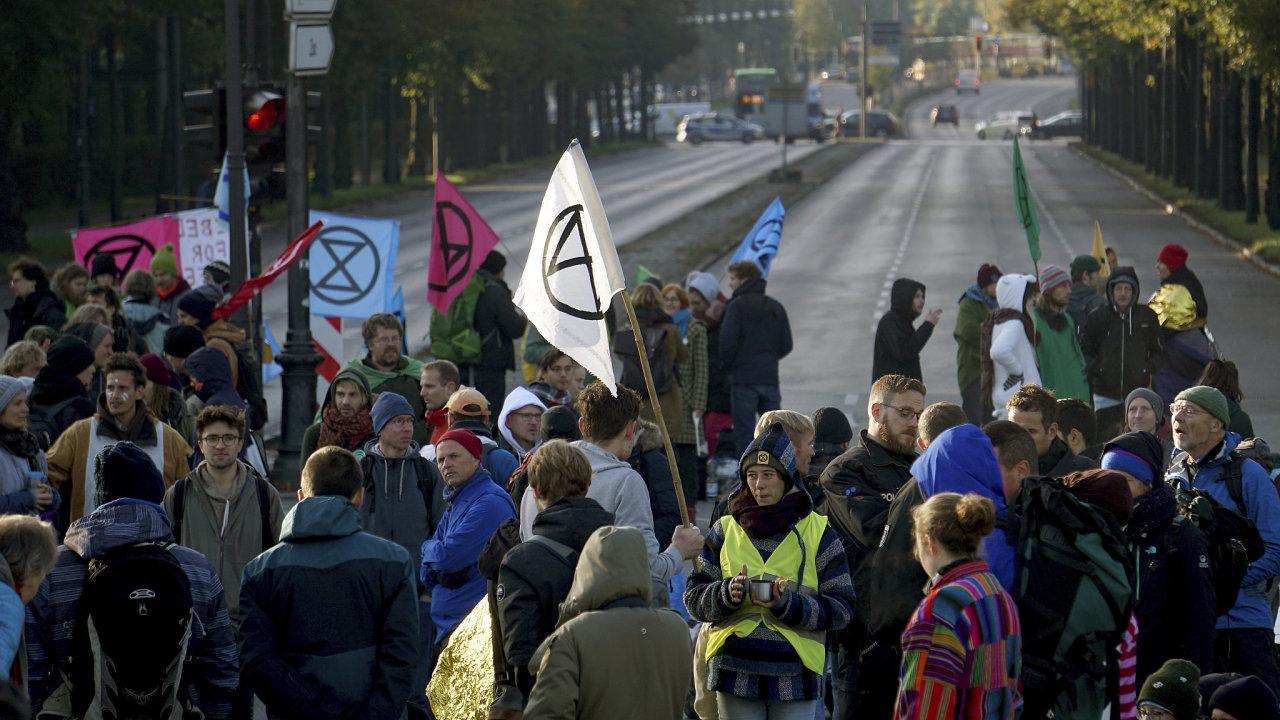 Aktivisté z hnutí Extinction Rebellion (Vzpoura proti vyhynutí) blokují silnici u berlínského Vítězného sloupu.
