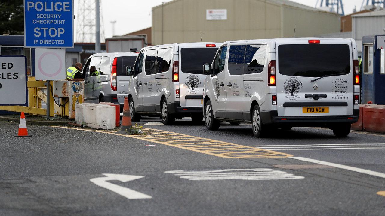 Jedenáct těl z kamionu bylo převezeno do nemocnice ve městě Chelmsford. Tam má být provedena pitva.