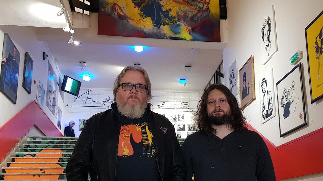 Oživovatelé. Kurátor Michal Bycko a jeho zeť Martin Cubjak v roli ředitele se snaží s pomocí muzea dávno mrtvého umělce Andyho Warhola oživit Medzilaborce.