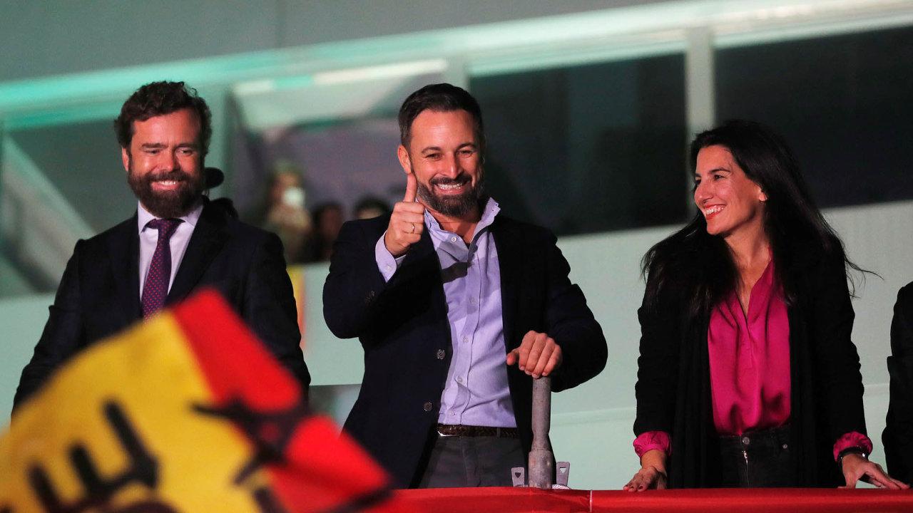 Úspěšný lídr: Santiago Abascal (uprostřed) dovedl krajně pravicovou stranu Vox kpostavení třetí nejsilnější strany vparlamentu.