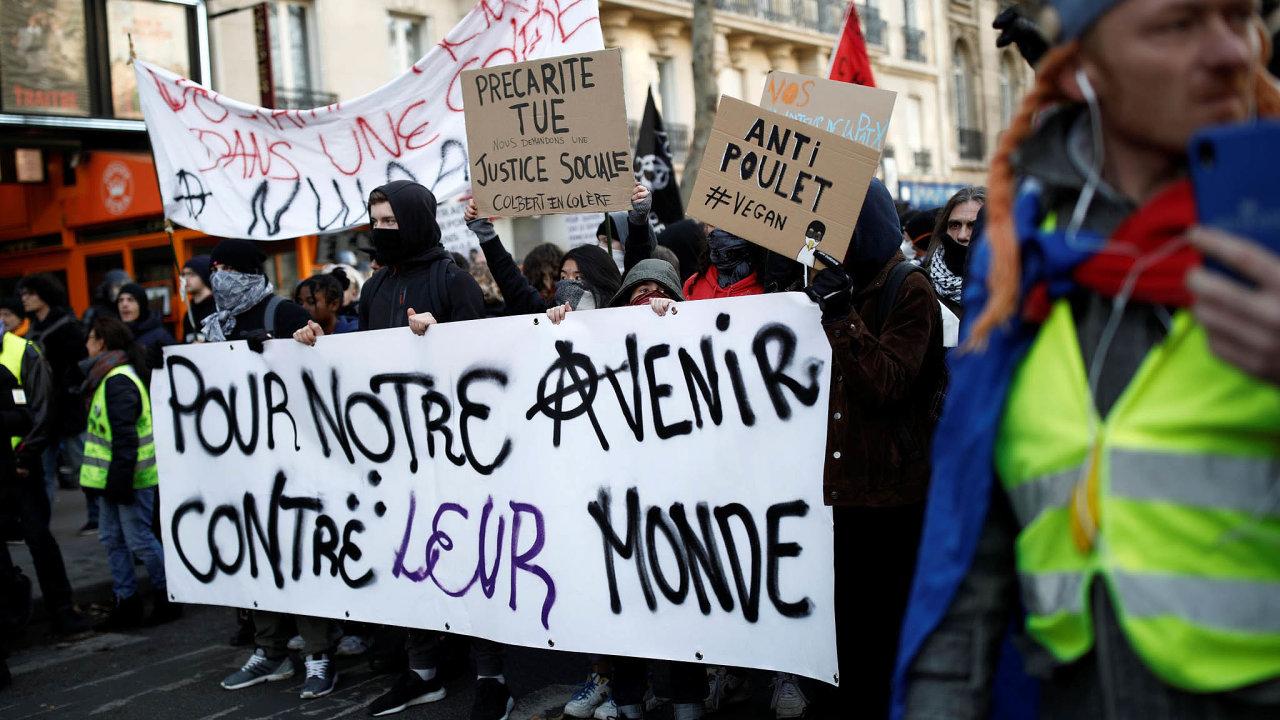 Nepokoje vulicích: Proti důchodové reformě včera veFrancii protestovaly desítky tisíc lidí vPaříži ivdalších městech, třeba vMarseille nebo Bordeaux.