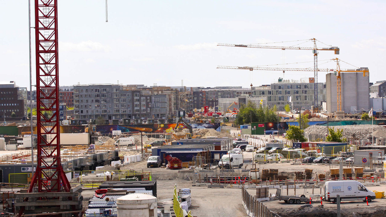 Předměstí Kodaně je jedno velké staveniště. Velký podíl nastavebním boomu mají také záporné úrokové sazby, které se vDánsku letos poprvé promítly také donabídky hypoték.