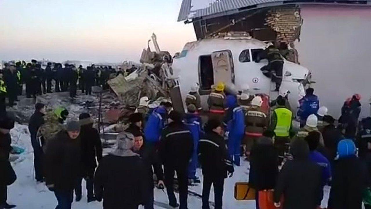 U města Almaty v Kazachstánu se po startu zřítil letoun místních aerolinek se stovkou lidí na palubě