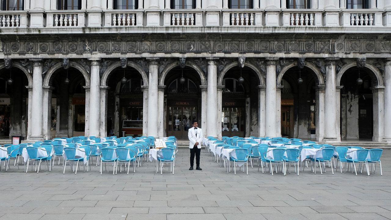 Prázné stoly před restaurací na Náměstí svatého Marka v Benátkách, které obvykle bývá plné turistů.