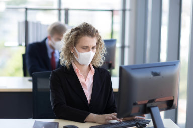 Zaměstnavatelé by měli požádat zaměstnance opečlivé sledování svého zdravotního stavu apředběžně snimi konzultovat příchod napracoviště vpřípadě podezření nanákazu.