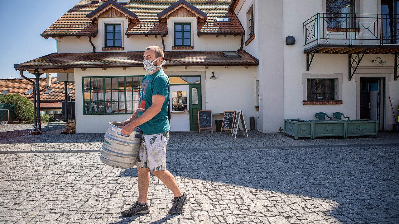 Výdejní okénko kytínského pivovaru už má své stálé zákazníky, někteří si odsud pravidelně odvážejí plné sudy.