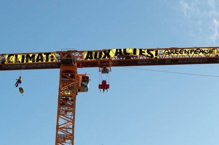 Aktivisté z Greenpeace vyvěsili transparent na jeřáb u Notre-Dame