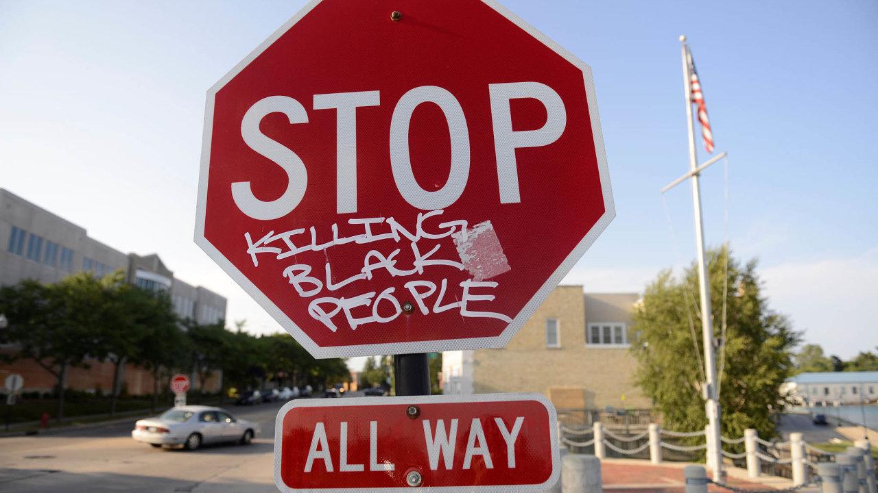 """""""Stop zabíjení černých lidí,"""" komentuje nápis nakenoshské značce smrt Jacoba Blakea, kterého tu 23.srpna postřelili bílí policisté."""