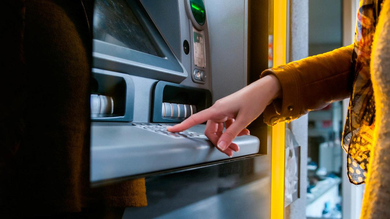 Bez čekání napřepážce. Banky stále častěji zavádějí zóny sbankomaty, dokterých se dá vkládat hotovost.