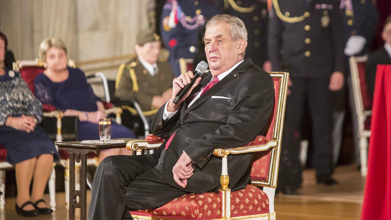 Prezident Miloš Zeman původně plánoval předávat vyznamenání i letos 28. října bez publika a slavnostní recepce.