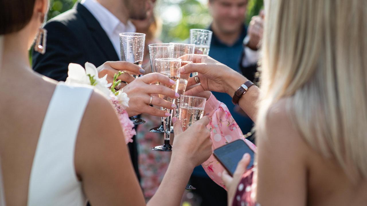 Svatba, přípitek, oslava