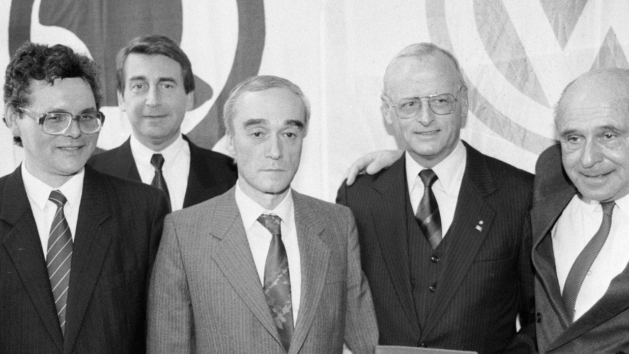 Ministr průmyslu ČR Jan Vrba (třetí zleva) a prezident koncernu Volkswagen Carl Hahn (druhý zprava) v březnu 1991 stvrdili přechod Škodovky do rukou VW.