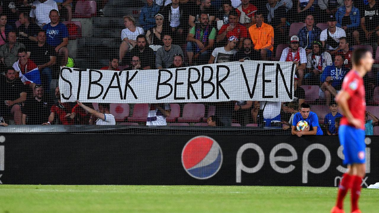 Jasný názor: Fotbalového funkcionáře Romana Berbra nešetří ani fanoušci. Připomínají jeho angažmá ukomunistické Státní bezpečnosti.